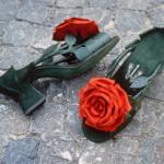 Der Herr der Schuhe - Frankfurt - Pumps – Massschuhe aus rotem und grünem Veloursleder und Glattleder mit handgeformter Rosenblüte