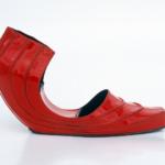 """Der Herr der Schuhe - Frankfurt - Wedge """"Red Snapper"""" Modellschuhe aus rotem Lackleder mit Aussparung in der Brandsohle Ausstellungsstücke bei der Ausstellung """"Voetstukken"""" im Museum für moderne Kunst, Arnhem, 1995"""