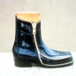"""Der Herr der Schuhe - Frankfurt - """"Alligator Junior"""" Modellschuh aus dunkelblauem geprägtem Rindleder mit Reißverschlüssen 1. Preis für Schuhdesign beim """"Golden Shoe Festival"""" in Belgien 1996"""